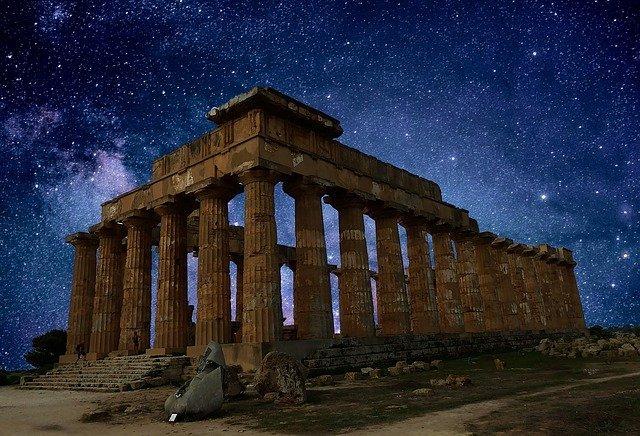 Lo spettacolo dell'Etna accende la notte siciliana