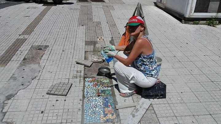 Irina Belaeva, l'artista che trasforma le buche in colorati mosaici a Messina